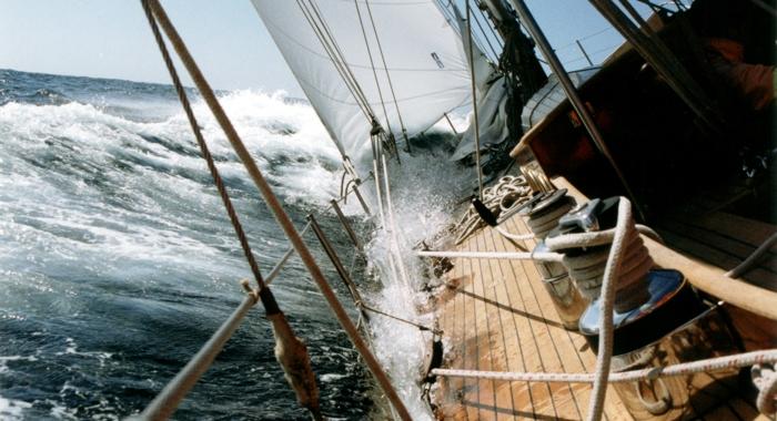 Resultado de imagen de barco destrozado por un vendaval