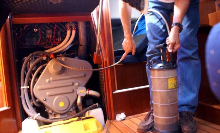 Cambiar aceite motor barco - Como sacar aceite del piso ...